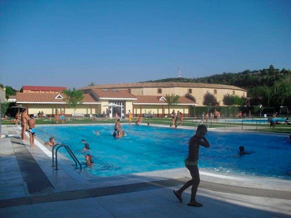 Tres meses de piscinas de verano en el burgo de osma for Piscinas soria