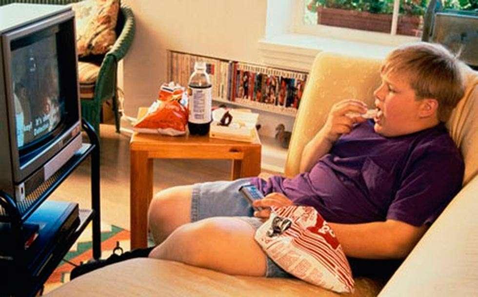 Seis de cada diez niños de la Comunidad ven la tele o manipulan móvil cuando comen