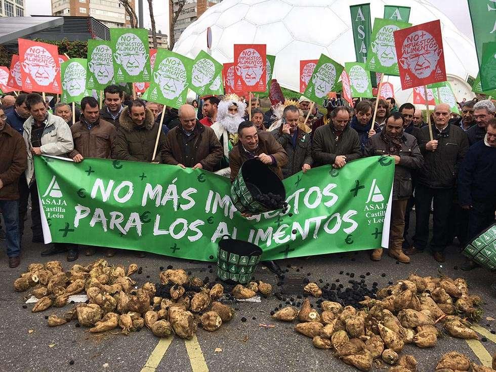 Cuatrocientos agricultores de Castilla y León regalan carbón a Montoro