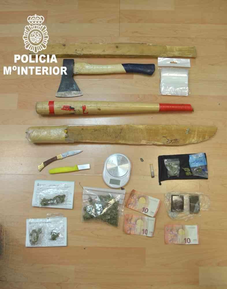 La Policía incauta a jóvenes y menores droga y objetos peligrosos en local de Soria