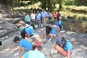 Voluntarios limpian el yacimiento de icnitas de Fuentes de Magaña