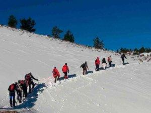 El Club de Montaña Los Pelendones sube dos belenes
