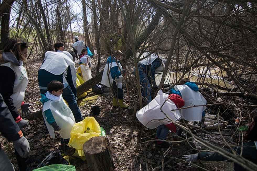 El proyecto Libera limpia el río Revinuesa
