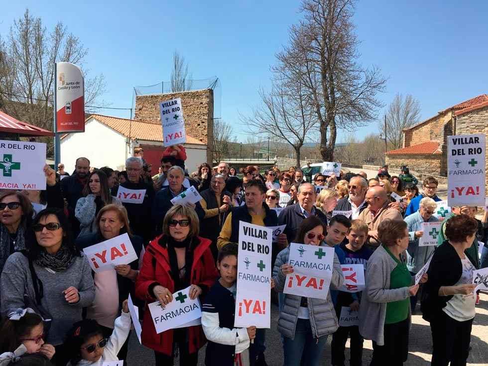 Tercera concentración por la reapertura de la farmacia de Villar del Río