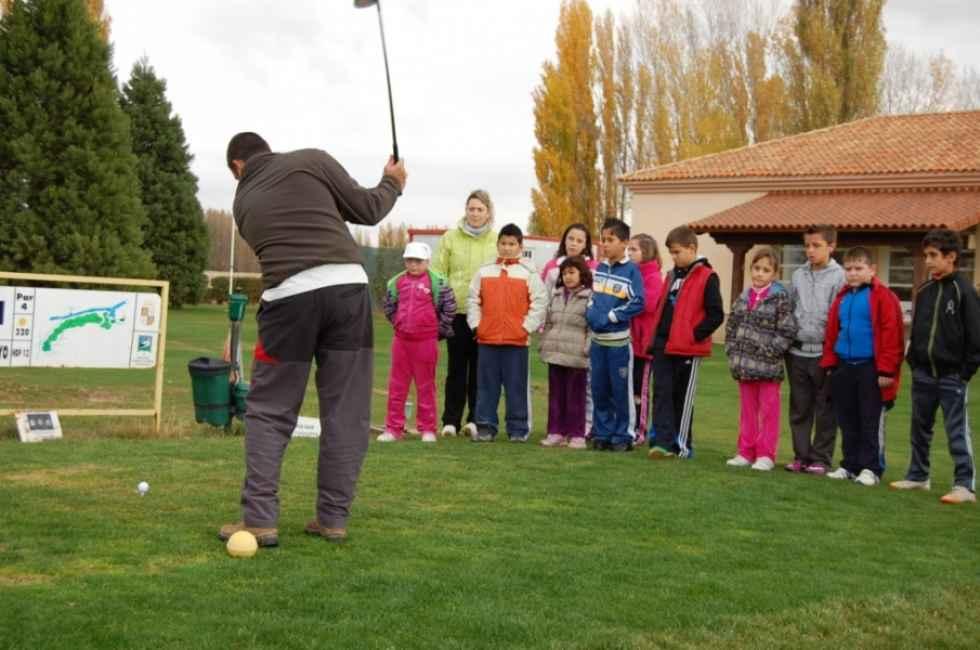 Doscientos escolares se inician en el golf